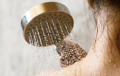 Hạn chế tắm để giữ dầu cho da