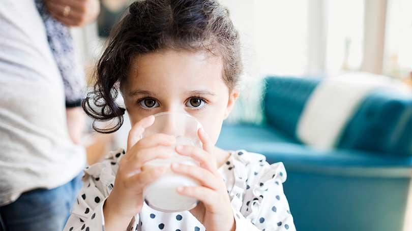trẻ-nên-uống-bao-nhiêu-sữa-mỗi-ngày